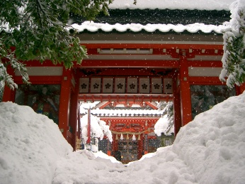 Kenrokuen shrine in snow